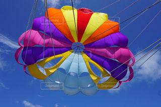青空の下でカラフルな凧の写真・画像素材[1873181]