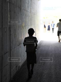 通りを歩いている人々のグループの写真・画像素材[2174039]