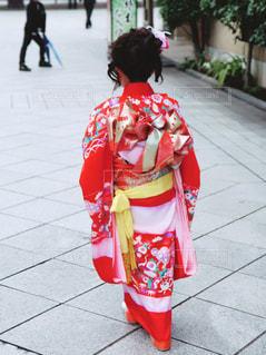 歩道を歩いている小さな女の子の写真・画像素材[2174040]