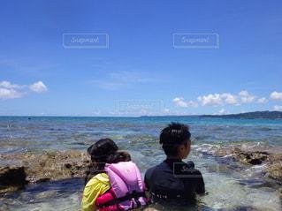 水域の近くの浜辺にいる人々のグループの写真・画像素材[2174046]