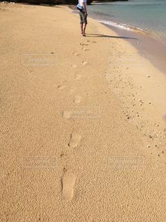 砂浜の上に乗っている人の写真・画像素材[2174115]