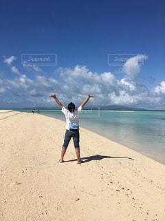 砂浜の上に立っている男の写真・画像素材[2174126]
