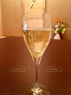 花,白,テーブル,ワイン,グラス,和室,泡,お祝い,乾杯,ドリンク,シャンパン,生け花,スパークリングワイン,行事,掛け軸,祝い事,床の間,掛軸,卓上,御祝い