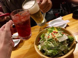 食べ物,飲み物,テーブル,グラス,サラダ,ビール,カクテル,乾杯,飲み会,ドリンク,居酒屋,ジョッキ