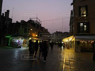 空,建物,夜,屋外,都会,市場,明るい,通り,街路灯