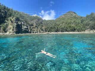 海に浮かぶ女性の写真・画像素材[4647060]