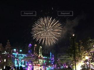花火とヨーロッパ風建築物の電飾が織りなすコラボ夜景の写真・画像素材[4660051]