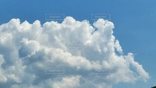 青空の雲の写真・画像素材[4687983]