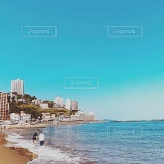 風景,海,空,夏,カップル,太陽,ビーチ,砂浜,水面,海岸,旅行,高層ビル,リゾート,熱海