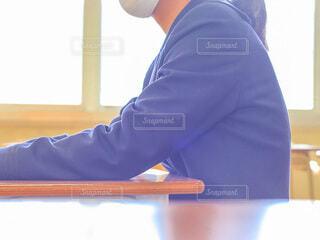 青いシャツを着た男の写真・画像素材[4652552]