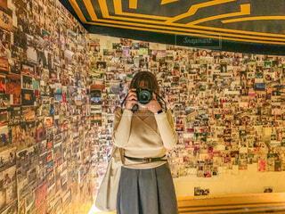 写真に囲まれている私の写真・画像素材[4681980]