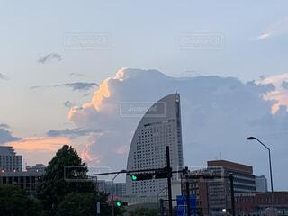 空,建物,屋外,雲,タワー,高層ビル,ライオンのような雲