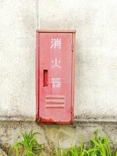 建物,夏,屋外,ピンク,赤,白,草,壁,ドア,鉄,コンクリート,消化器,消防,ボックス,メールボックス,ポストボックス