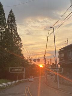 風景,空,屋外,太陽,雲,夕暮れ,道路,樹木,道,明るい,通り,交通