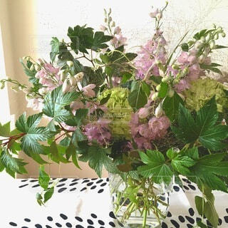 テーブルの上の花瓶に花束の写真・画像素材[4660473]