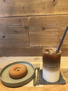 テーブルの上のコーヒー カップ - No.809602