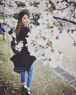 花の前に立っている女性 - No.893081