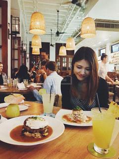 食品のプレートをテーブルに座っている人々 のグループ - No.915547