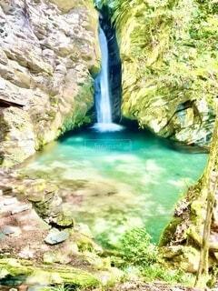 流れる滝の写真・画像素材[4664072]