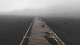 風景,空,屋外,道路,水面,霧,丘,大地,道,歩道,天気,曇,一本道,人生,荒廃,濃霧,登山道,木道,進む道,不慮,先行き悪い