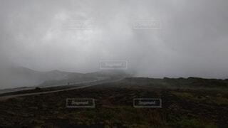 自然,風景,空,雨,屋外,草原,雲,霧,山,光,草,丘,大地,高原,天気,くもり,天候,日中,霧雨,山腹