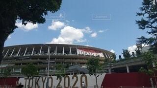 空,建物,屋外,看板,雲,晴れ,樹木,新国立競技場,オリンピックスタジアム