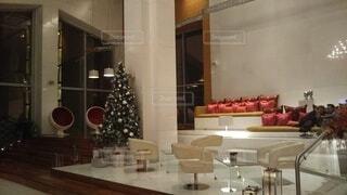 屋内,ガラス,家,椅子,テーブル,イベント,クリスマス,家具,ソファ,ホテル,装飾,デスク,パーティー,ダイニングテーブル,豪華,舞台,イス,エリア,クリスマス ツリー,インテリア デザイン,コーヒー テーブル,スタジオソファ,ソファー・ベッド