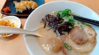 豚骨醤油ラーメンに餃子 ガッツリごはんの写真・画像素材[4677704]