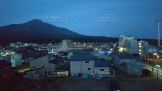 風景,空,建物,屋外,雲,夕暮れ,田舎,山,家,街灯,青色,利尻富士,ぼやける,静かな街中,香深