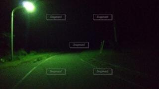 夜道のただ1本の街灯の写真・画像素材[4679741]