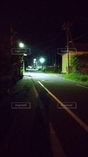 夜間の町並み。暗い夜道の写真・画像素材[4679742]