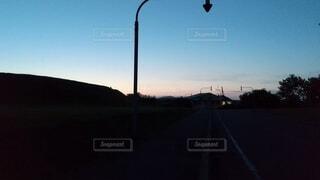 暗闇になる前の夕暮れ時の町並みや道路の写真・画像素材[4679744]