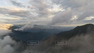 自然,風景,空,屋外,雲,暗い,霧,山,朝焼け,山頂,高原,群馬,新潟,くもり,日中,谷川岳,トマの耳,一ノ倉岳,谷川岳山頂