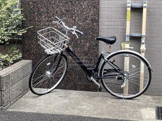 建物,自転車,屋外,駐車場,歩道,車両,ホイール,スポーツ用品,陸上車両,自転車のホイール