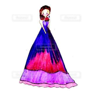 紫色のドレスを着た女性の写真・画像素材[4666180]