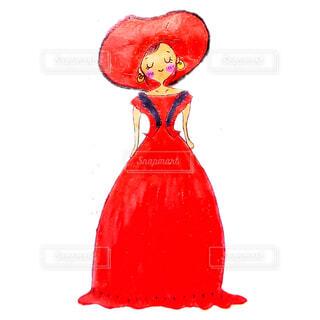 真っ赤なドレスを着て嬉しそうに立つ女性イラストの写真・画像素材[4668724]