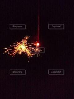 夏夜の線香花火の写真・画像素材[4663742]