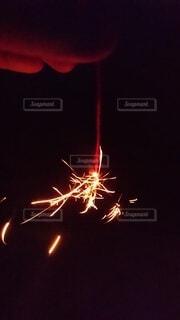 夏夜の線香花火の写真・画像素材[4663741]