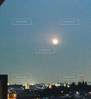 暖かい月の光に照らされての写真・画像素材[4685374]