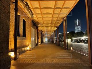 カフェ,建物,夜,夜景,屋外,散歩,都会,床,横浜,歩道,明るい,デート,建築,アーキテクチャ,コロネード