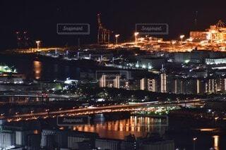 空,建物,夜,屋外,湖,船,水面,都市,工場,都会,高層ビル,明るい,スカイライン