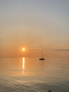 海,空,屋外,湖,太陽,ビーチ,ボート,夕暮れ,船,水面,霧,日の出,車両,水上バイク