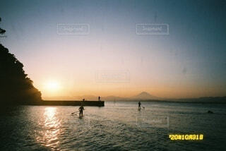 自然,海,空,夕日,富士山,屋外,湖,太陽,ビーチ,ボート,夕暮れ,水面,フィルム,写ルンです,水上バイク,サップ