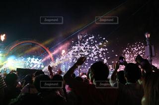 観衆の前で暗い部屋で人々 のグループの写真・画像素材[716648]