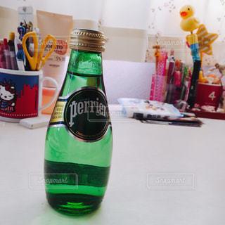 テーブルの上のビール瓶 - No.900213