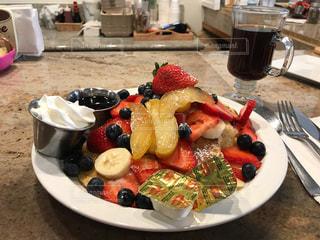 テーブルの上に食べ物のプレートの写真・画像素材[914087]