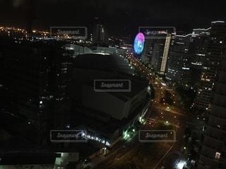 夜にライトアップされた都市の写真・画像素材[2767882]