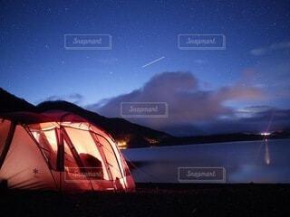 流れ星と湖とキャンプの写真・画像素材[4668916]