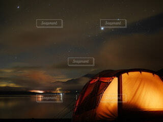 夜の湖と富士山と星空の写真・画像素材[4754868]