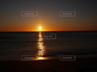 海に沈む夕日の写真・画像素材[4815399]